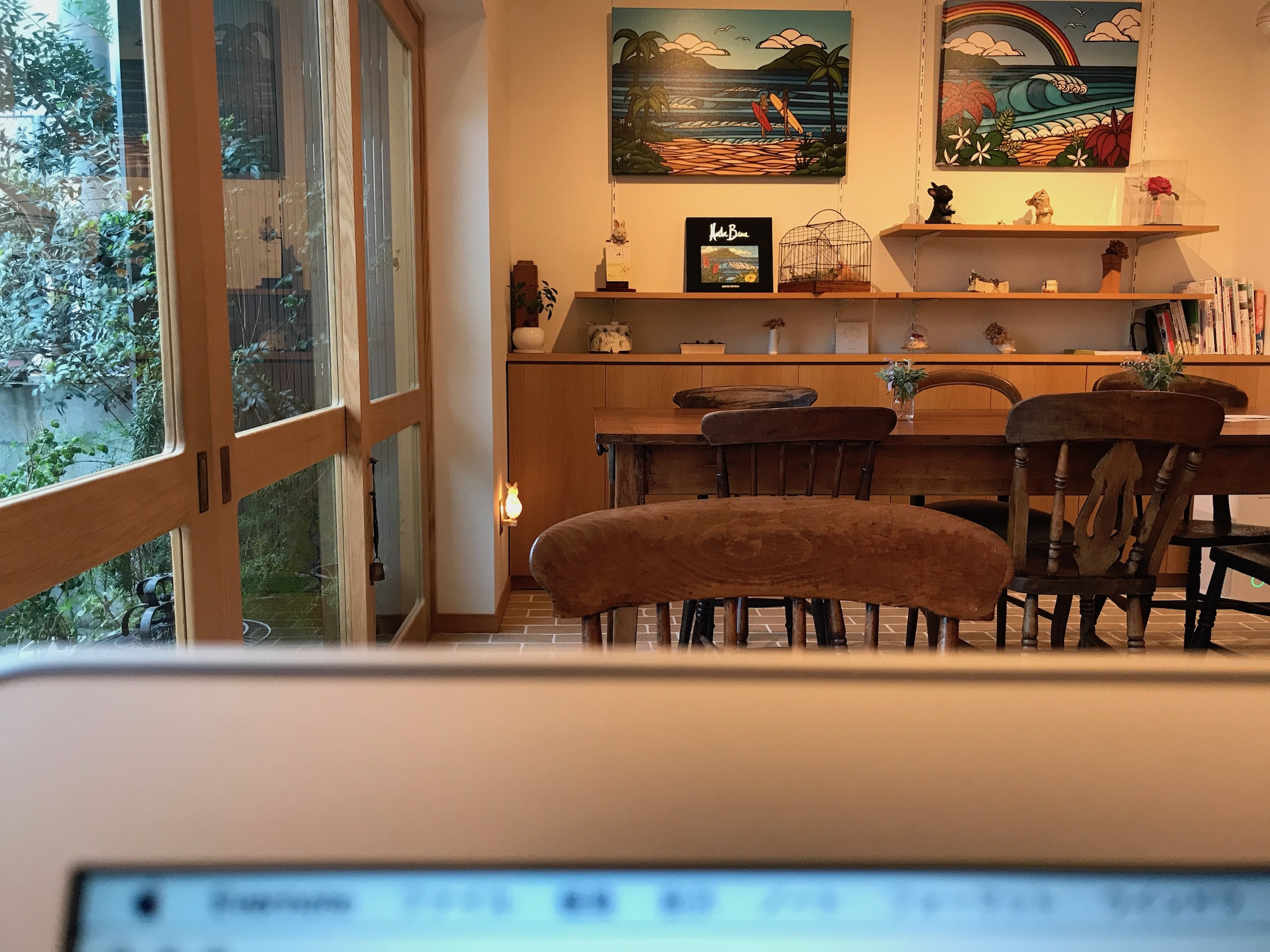 iPhoneの『写真』モードで奥の被写体にピントを合わせて手前のパソコンをボカせた写真